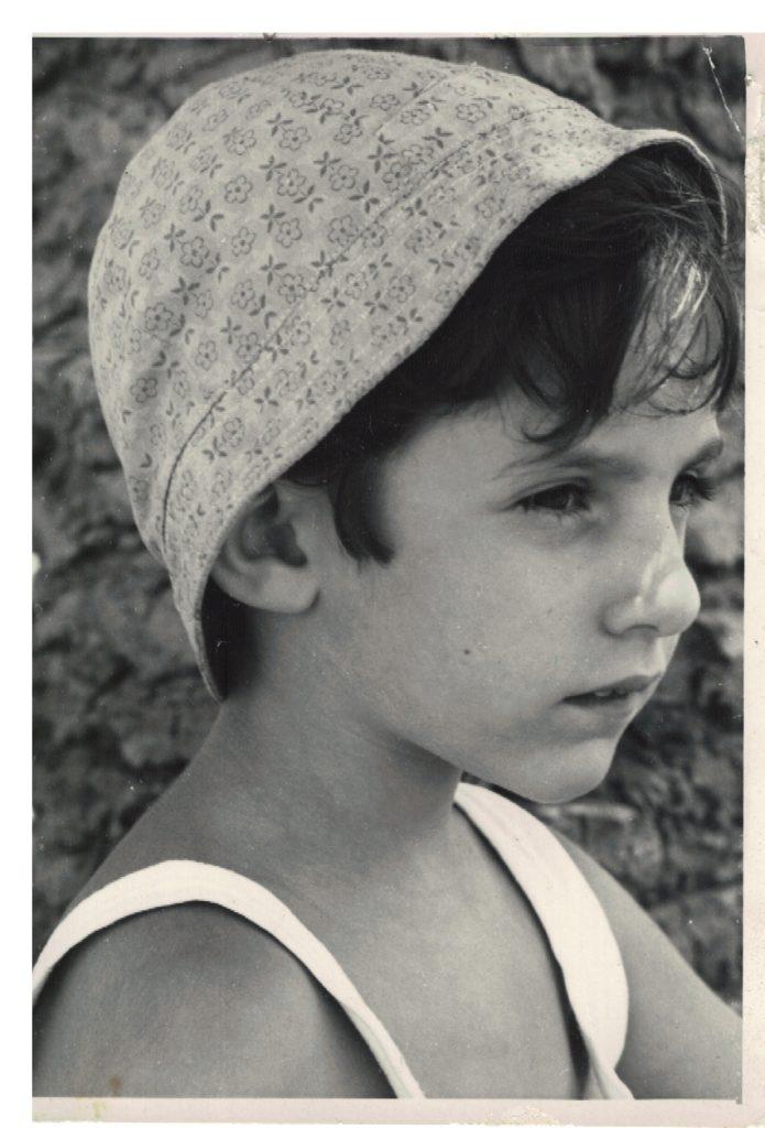 Questa immagine ha l'attributo alt vuoto; il nome del file è foto-con-cappello-695x1024.jpg